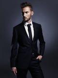 Stilig stilfull man i svart dräkt Royaltyfri Foto