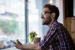 Stilig student som studerar i restaurang Royaltyfri Foto