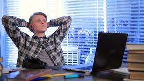 Stilig student som tänker med blyertspennan i hans mun lager videofilmer