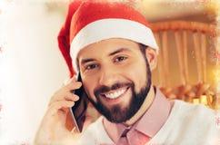 Stilig svartögd affärsmankänsla som är gladlynt, innan att fira jul royaltyfria bilder