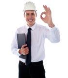 Stilig tekniker som okay visar gest fotografering för bildbyråer