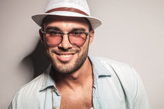 Stilig tillfällig man som bär en vit hatt och solglasögon Royaltyfria Foton