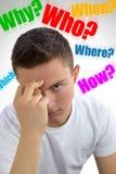 Stilig tonåring som frågar sig därför? Vem? Var? Hur? Vad? Whi Royaltyfri Fotografi