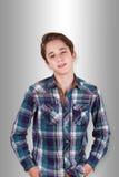 Stilig tonåring som framme ser av hans ögon Royaltyfria Foton