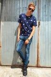 Stilig tonåring som poserar den fulla kroppen mot metallväggen Arkivfoto