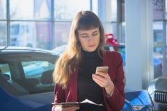 Stilig tonåring som talar på en mobiltelefon arkivfoto