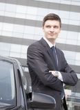 Stilig ung affärsman nära hans bil Royaltyfri Bild