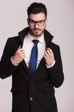 Stilig ung affärsman som drar hans krage Fotografering för Bildbyråer