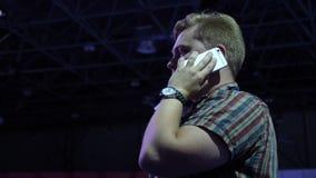 Stilig ung affärsman som talar på att le för smartphone som är lyckligt stock video