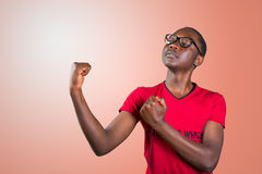 Stilig ung afrikansk amerikanman som av visar hans fysik Royaltyfri Foto
