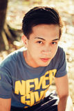 Stilig ung asiatisk manstående på den soliga eftermiddagen Royaltyfri Bild
