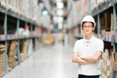 Stilig ung asiatisk tekniker eller tekniker eller arbetare, lager- eller fabrikssuddighetsbakgrund, bransch eller logistiskt begr royaltyfria bilder