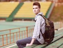 Stilig ung eftertänksam man med ryggsäcken Arkivfoto