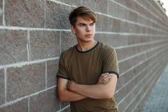 Stilig ung grabb i en klassisk T-tröja royaltyfria foton