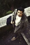 Stilig ung italiensk man som går i gatan royaltyfria foton