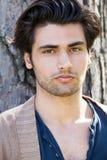 Stilig ung italiensk manstående, stilfullt hår Manlig frisyr royaltyfri foto