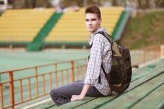 Stilig ung le man med ryggsäcken Fotografering för Bildbyråer