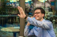 Stilig ung lyckad man som gör en welaffärsman Hello I ` M här arkivfoto