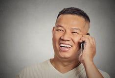 Stilig ung man för Headshot som använder mobiltelefonen arkivbilder