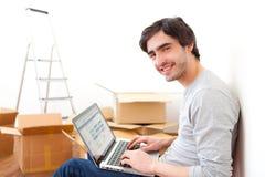 Stilig ung man i hans nya plana användande bärbar dator Royaltyfri Bild