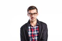 Stilig ung man i kontrollerad skjorta Studioskott som isoleras Arkivbilder