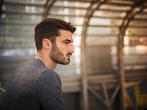 Stilig ung man i modern byggnad fotografering för bildbyråer
