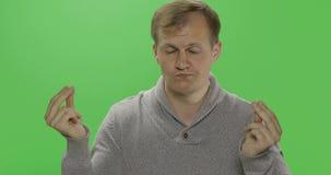 Stilig ung man i tröjan som gör ingen pengargest armod Tv? i en: 1 stock video