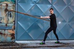 Stilig ung man, löpareövning med repet från sida Kondition genomkörare, sport, livsstilbegrepp royaltyfria bilder