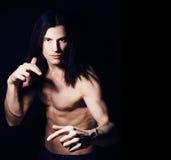 Stilig ung man med den nakna torson för långt hår på svart backgroun Royaltyfri Fotografi