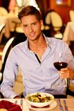 Stilig ung man med exponeringsglas av rött vin Royaltyfri Bild