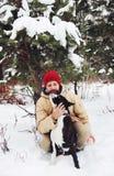 Stilig ung man med hans boxarehund utomhus arkivfoto