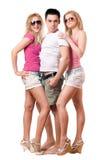 Stilig ung man och två flickor isolerat Arkivbilder