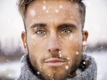 Stilig ung man som är utomhus- i vintermode arkivbilder
