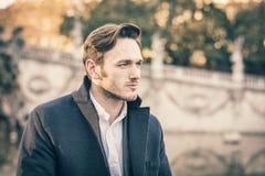 Stilig ung man som är utomhus- i vintermode royaltyfri foto