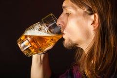 Stilig ung man som dricker öl royaltyfri foto