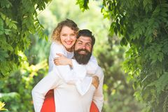 Stilig ung man som förför hans älskvärda flickvän Härliga unga par som väntar för att kyssa Tillgivet smeka för par royaltyfri fotografi