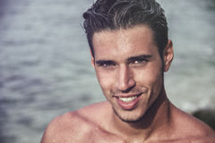 Stilig ung man som får ut ur vatten med vått hår Royaltyfria Foton
