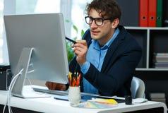 Stilig ung man som hemifrån arbetar kontoret Royaltyfri Bild