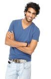 Stilig ung man som ler med korsade armar Arkivfoto