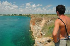 Stilig ung man som ser havet Royaltyfri Bild