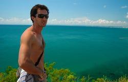 Stilig ung man som ser havet Arkivfoton
