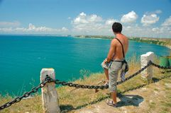 Stilig ung man som ser havet Royaltyfri Fotografi