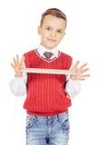 Stilig ung pojke för stående med en linjal på vit bakgrund Royaltyfri Fotografi