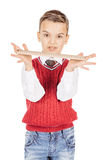Stilig ung pojke för stående med en linjal på vit bakgrund Royaltyfri Foto