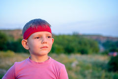 Stilig ung pojke som stirrar in i avståndet Royaltyfri Foto