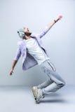 Stilig ung stilfull man, i att dansa för hörlurar Arkivbilder