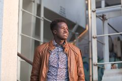 Stilig ung svart man i en industriell inställning Arkivbilder
