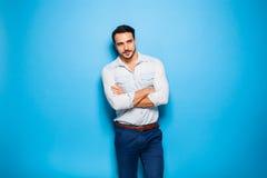 Stilig vuxen människa och manlig man på en blå bakgrund royaltyfri bild