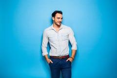 Stilig vuxen människa och manlig man på en blå bakgrund royaltyfri foto