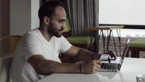 Stiliga affärsmanköpbiljetter med bärbar datordatoren stock video